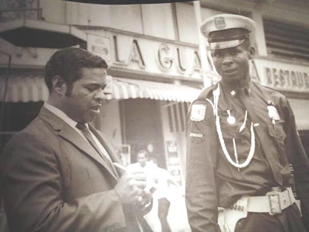 De profesión albañil, su ingreso a la Policía Metropolitana se materializó en el año 1965, cuando se le asignó la misión de controlar y vigilar el tránsito en esa esquina importante de la Avenida Universidad.