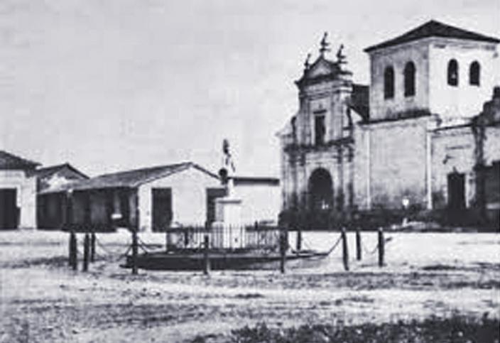 Fachada y Campanario de la Ermita o Templo de San Pablo, construido en 1580 y demolido en 1880. En primer plano se ve la que era la Plaza de San Pablo.