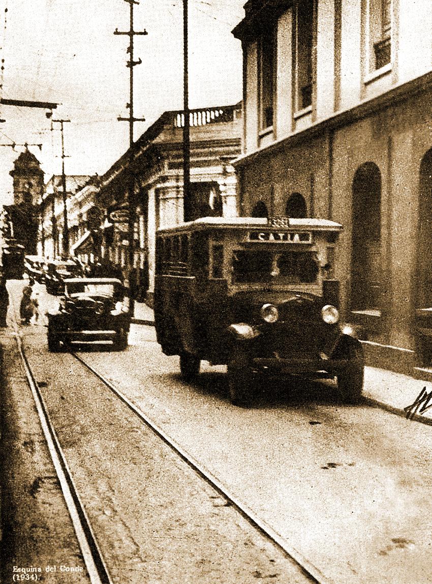 Un autobús pasa por la esquina El Conde, era el año 1934. Para entonces, los hermanos Cisneros ya contaban con varias unidades de transporte público similares a esta