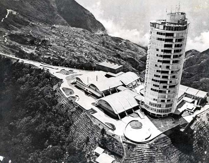 Panorámica aérea del hotel Humboldt. En la pendiente, la cuesta de Galipán